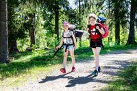 Först cyklar tjejerna några kilometer, sedan vandrar de drygt fem kilometer. De hittar hela vägen fram till vindskyddet.