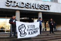 Ett 30-tal av de EU-migranter som vräktes från lägret på Sorgenfri i Malmö ockuperade stadshusets reception.