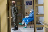 En polsk soldat och en sjuksköterska på ett sjukhus i Krakow i Polen, där vaccinationer mot coronaviruset pågår.