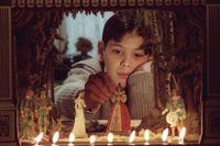 """Alexander (Bertil Guve) leker med sin modellteater i """"Fanny och Alexander"""" (1983)."""