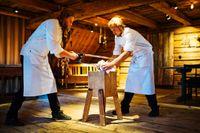 Magnus Nilsson och Johnny Fredriksson sågar av ett koben för att få ut märgen.
