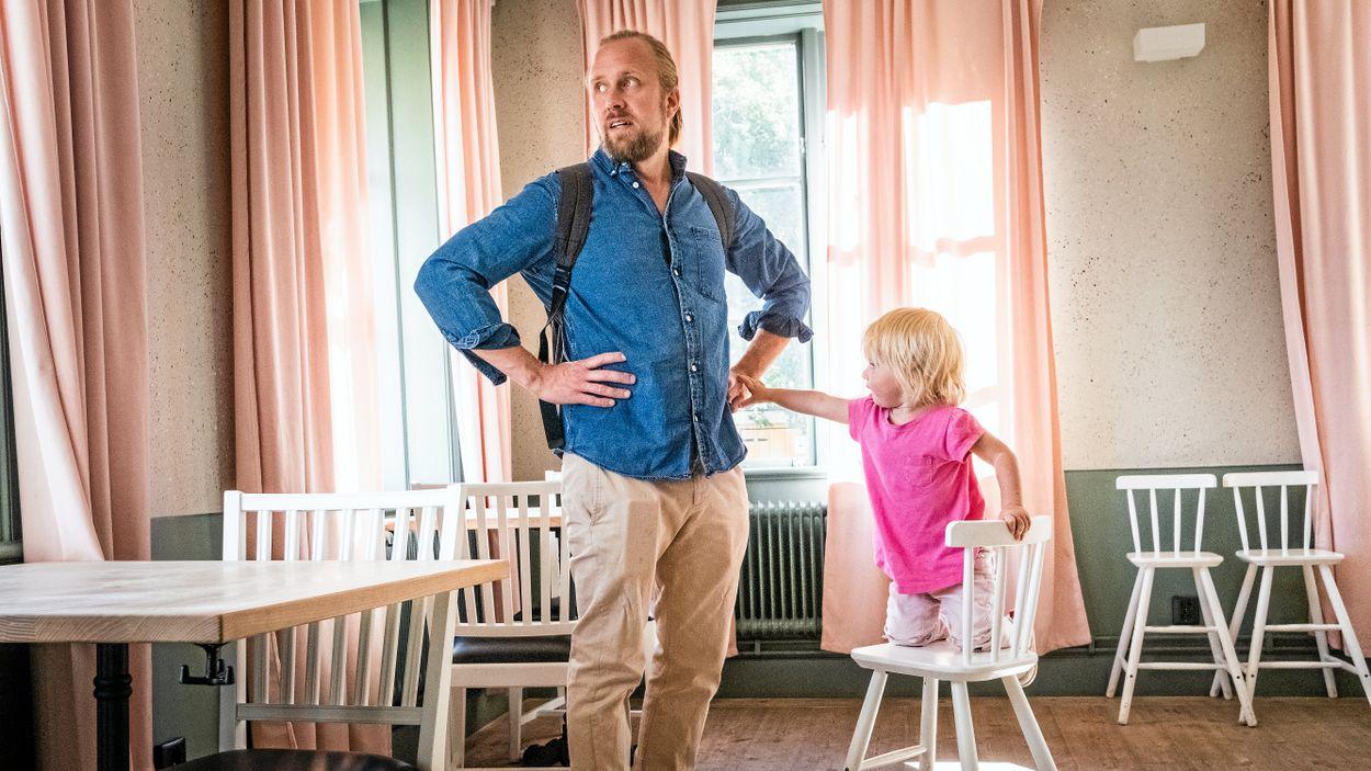 Martin Johansson och dottern Edith Johansson visar upp Kristinahuset i Sköndal, där Nice Valley ska öppna i mitten av september.