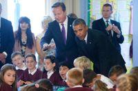 Barack Obama är på plats i Newport, Wales, för Nato-toppmöte. Här besöker han en skola tillsammans med David Cameron.