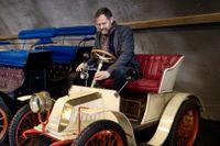 Christian Stadius är chef för Tekniska museets samlingar. Här i förarsätet på en fransk Bailleau Voiturette från 1902. Bilmärket Bailleau levde 1901–1914.