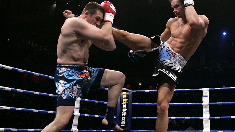 Bokens huvudperson Eremias börjar träna den aggressiva sporten kickboxning för att kunna hämnas att han blivit rånad. Här är kanadensaren Gary Turner och finnen Topi Helin under en match i Stockholm.