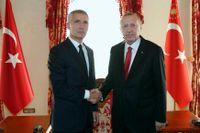 Natos generalsekreterare Jens Stoltenberg och Turkiets president Recep Tayyip Erdogan i Istanbul nyligen. På torsdagens Natotoppmöte i Bryssel får den turkiska försvarsministern vara beredd på en näsknäpp. Arkivbild.