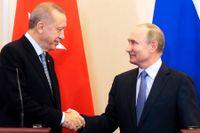 Turkiets president Recep Tayyip Erdogan och Vladimir Putin skakar hand efter parternas samtal i Sotji.