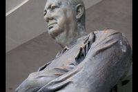 Statyn av Winston Churchill i tvångströja väckte kontrovers och plockades snart bort från torget i Norwich.