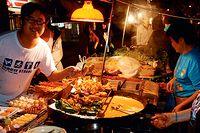 Gatuförsäljarnas mat i Kina är en blandad kompott, inte alltid något för känsliga magar. Men för många hårt arbetande människor är det det enda som hinns med. Bland delikatesserna finns räkfyllda dumplings och ångkokade fiskbullar.