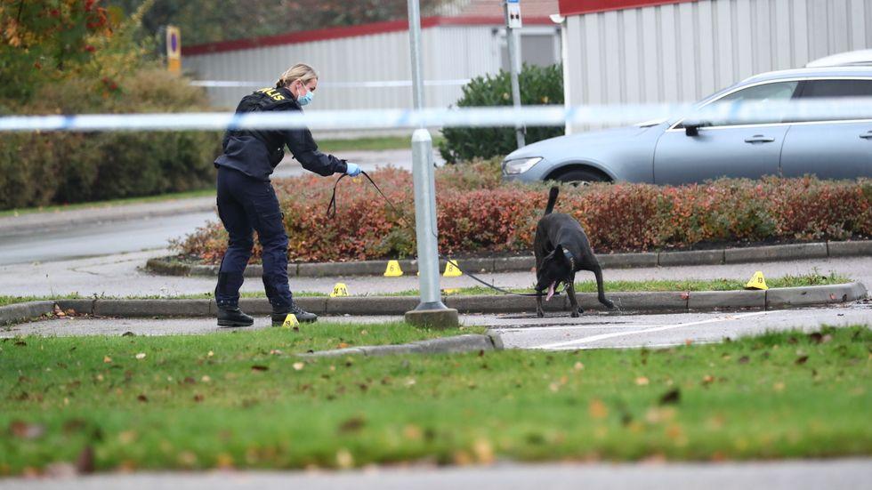 En man i 35-årsåldern har avlidit av skottskador i stadsdelen Lambohov i Linköping under natten. En förundersökning gällande mord har inletts och den misstänkta brottsplatsen har spärrats av för teknisk undersökning.