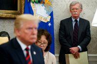 President Donald Trump vid ett besök i Sydkorea med den dåvarande nationelle säkerhetsrådgivaren John Bolton. Arkivbild.