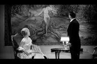 """Nina Pens Rode och Bendt Rothe framför gobelängen i Dreyers """"Gertrud"""" (1964)."""