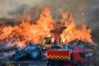 Det brinner sedan söndagseftermiddagen på en soptipp i Kassmyra i Botkyrka.
