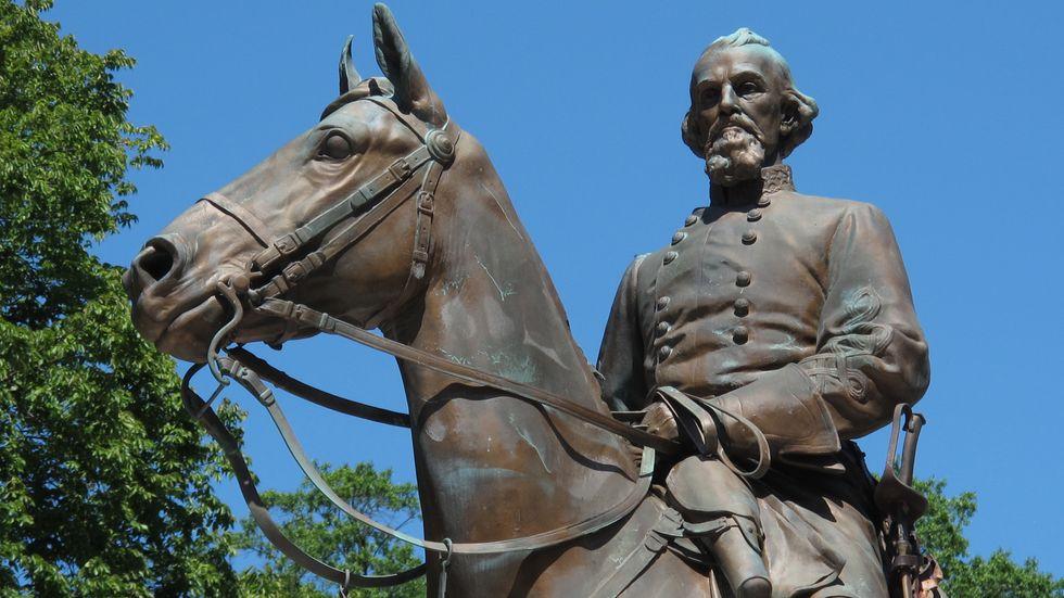 Statyn över Nathan Bedford Forrest  i Memphis som togs bort efter massiv kritik.