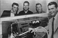 Elvis Presley tillsammans med basisten Bill Black, gitarristen Scotty Moore och cehfen för Sun Records and Memphis Recording studio Sam Phillips på en bild från 1954.
