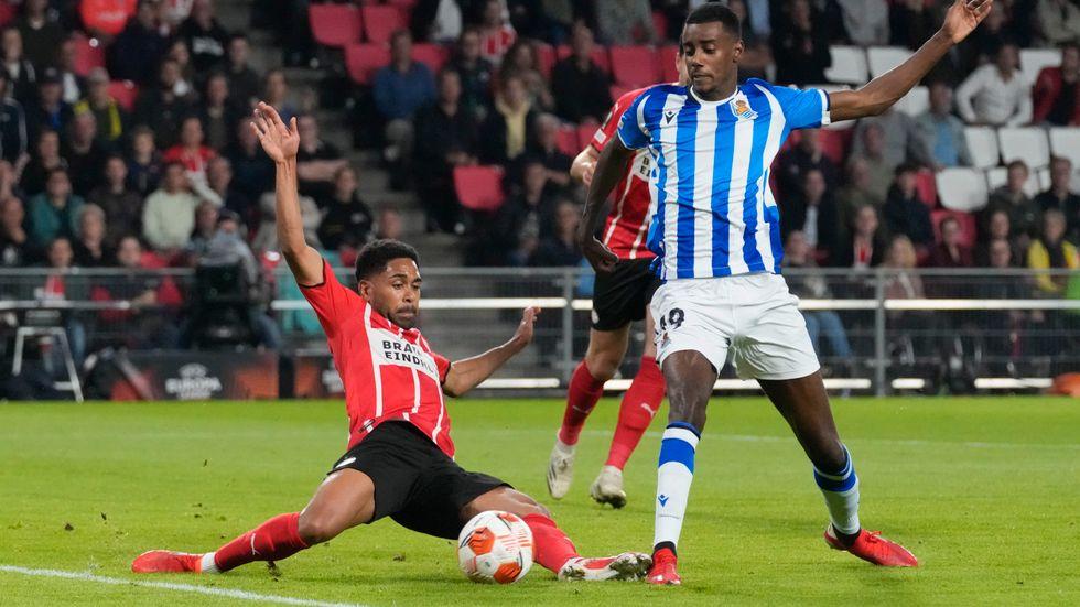 Alexander Isak, till höger, tvingades bryta Real Sociedads hemmamatch mot Sevilla med en skada.