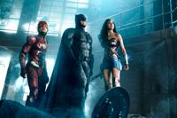 "Ezra Miller, Ben Affleck och Gal Gadot i ""Justice league"". Pressbild."