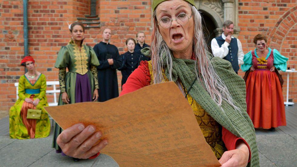 Den manlige narren spelad av Britt Louise Tillbom. Bakre från vänster Monica Almqvist Lovén, Astrid Kakuli, Malte Munkesjö, Viktoria Bergström, Per-Johan Persson och Liselott Lindeborg.