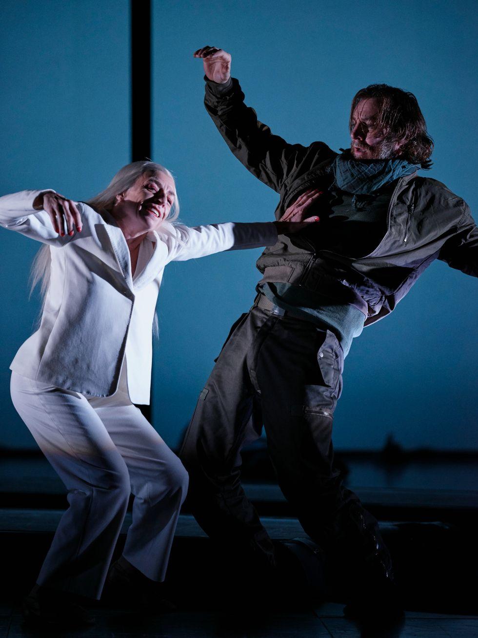 Charlotta Öfverholm som Döden dansar tillsammans med Magnus Krepper det spel om en frist som han ber om.