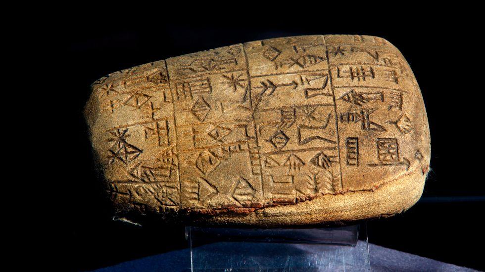 På bilden syns en kilskriftstavla som återlämnats till Iraks nationalmuseum i Bagdad. Stentavlan på bilden är dock inte en av de 156 som nyligen lämnades över av British museum. Arkivbild.