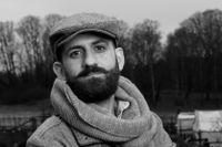 """Duraid Al-Khamisi, född 1986, är journalist och har skrivit för bland andra Svenska Dagbladet och Expressen. Debuten """"Regnet luktar inte här"""", som utkom 2015, var en självbiografisk uppväxtskildring."""