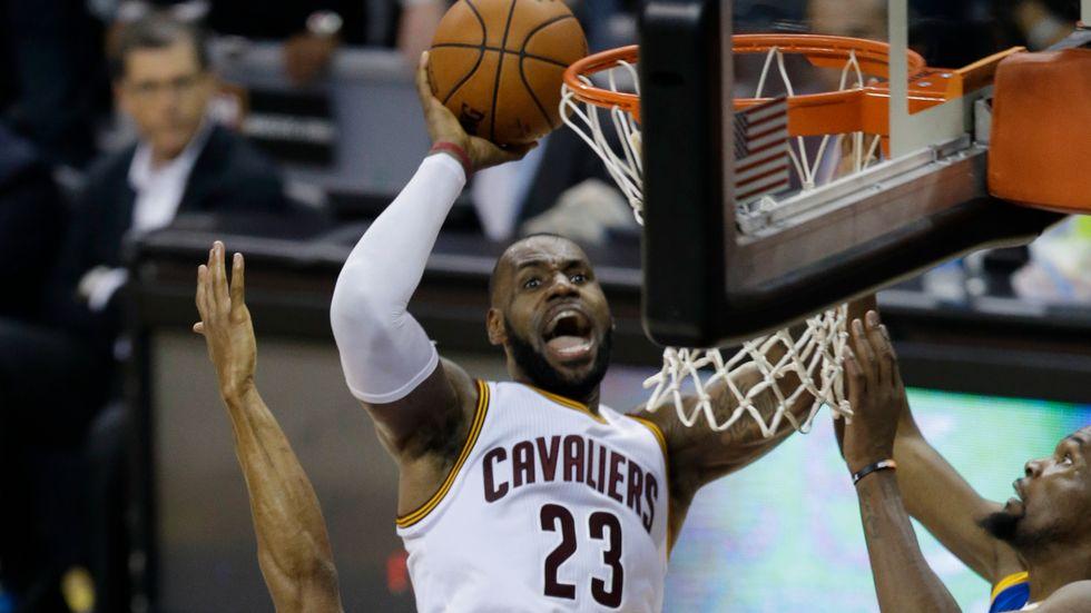 LeBron James gjorde 31 poäng när Cleveland vann måste-matchen.