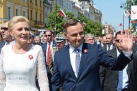 Polens konservativa president Andrzej Duda, här tillsammans med hustrun Agata Kornhauser-Duda, hoppas bli omvald för ännu en femårsperiod.