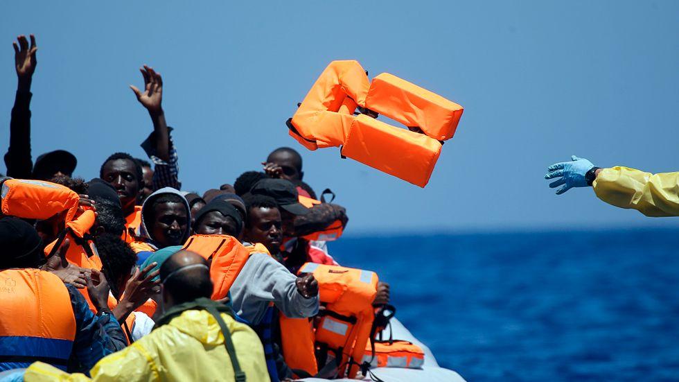 Det belgiska fartyget Godetia undsätter flyktingar utanför Libyens kust i juni.