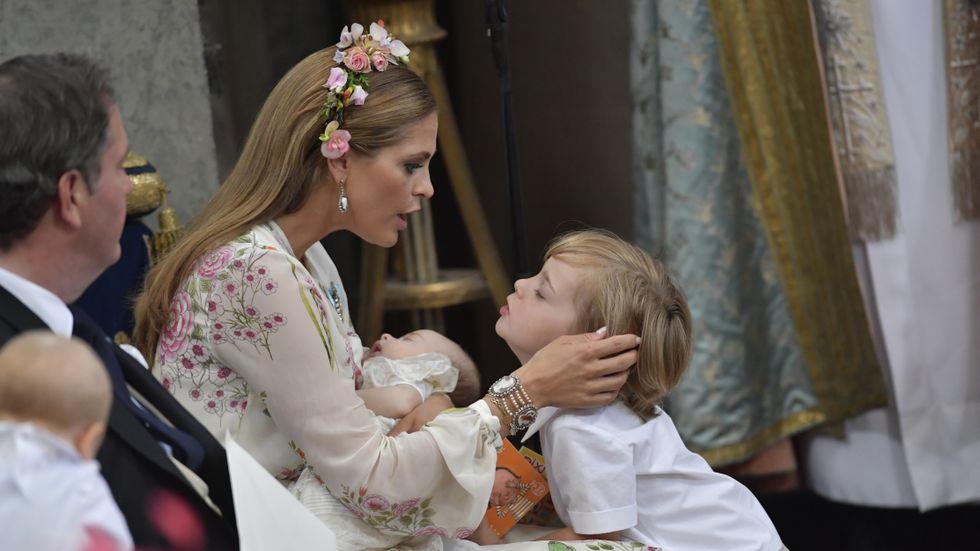 Prinsessan Madeleine och sonen Nicholas under dopgudstjänsten för prinisessan Adrienne Josephine Alice i Drottningholms slottskyrka sommaren 2018.