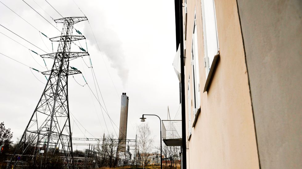 Kraftledning vid Värtaverket i Stockholm. Kraftvärmebolaget Sthlm Exergi har beslutat att stänga ner elproduktion till följd av nya skatteregler.