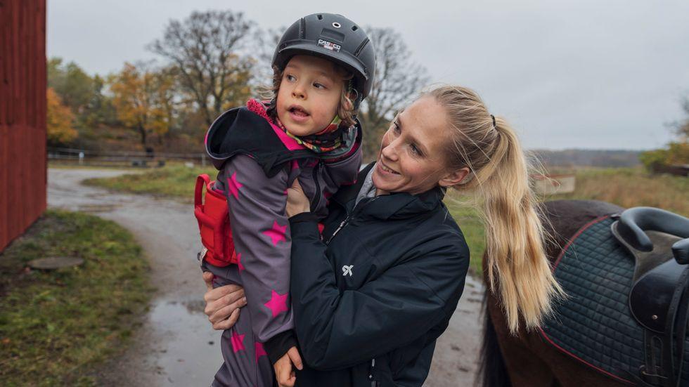 Malin Larsson och hennes dotter Tuva är en familj som drabbats av besparingarna inom assistansersättningen.