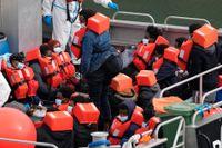 Migranter som försökt nå Storbritannien via Engelska kanalen. Personerna på bilden räddades av brittisk gränspolis i torsdags.