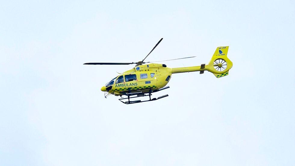 En man har förts till sjukhus med ambulanshelikopter efter att ha ådragit sig skottskador i samband med en jaktolycka. Arkivbild.