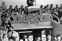 Medlemmar i Solidaritet demonstrerar 1980 utanför en domstol i Warzawa.