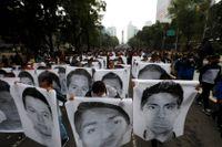 Demonstranter och anhöriga håller upp bilder på de 43 studenter som fördes bort 2014.