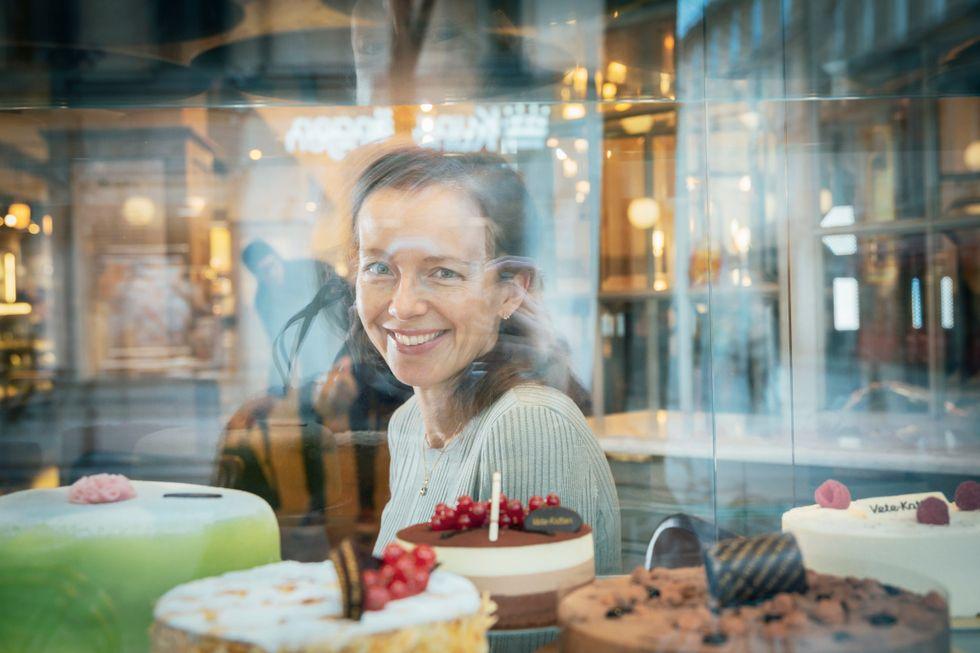 Socker ger en kick i våra stenåldershjärnors belöningssystem, förklarar dietisten Sara Ask.
