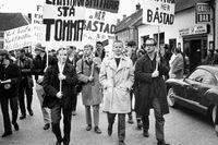 Prästen Ingemar Simonsson (mitten) deltar i demonstration mot Rhodesias apartheidpolitik i Båstad, maj 1968.