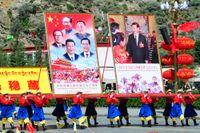 Här hyllas Mao Zedong, Deng Xiaoping, Hu Jintao och Jiang Zemin på bilden till vänster. Bilden till höger visar president Xi Jinping.