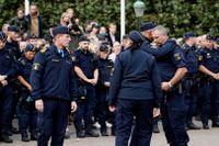 En tyst minut hålls på Stortorget i Malmö för att hedra de två poliser och konstnären Lars Vilks, som omkom i en trafikolycka utanför Markaryd på söndagen.