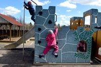 På Amadeus förskola i Saltsjö boo klättrar barnen med en mjuk gummimatta under redskapen.