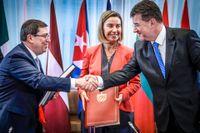 EU:s utrikesrepresentant Federica Mogherini (mitten) tillsammans med Kubas utrikesminister Bruno Rodriguez Parilla som skakar hand med Slovakiens utrikesminister Miroslav Lajcak efter det nya avtalets undertecknande.