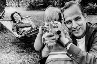 Daniel Bergman tillsammans med föräldrarna Ingmar Bergman och Käbi Laretei 1963.