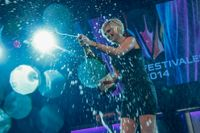 Sanna Nielsen firar sin seger med champagne på efterfesten på finalen av Melodifestivalen 2014.