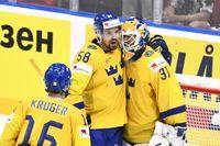 Henrik Lundqvist kramas om av Anton Lander efter 4–3-segern.