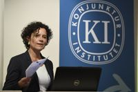 Konjunkturinstitutet prognoschef Ylva Hedén Westerdahl presenterar institutets prognos för den svenska ekonomin. Arkivbild.