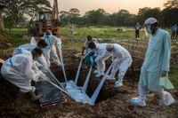 En person som avlidit i covid-19 begravs i Gauhati i Indien.