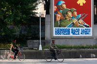 Statlig propagandaaffisch i Kaesong i Nordkorea.