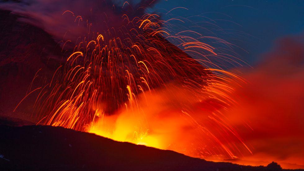 På bilden syns hur het lava strömmar upp ur vulkanen Etna på Sicilien.