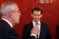 Österrikes förbundspresident Alexander Van der Bellen, till vänster, håller tal medan Sebastian Kurz lyssnar under ceremonin då han svors in som förbundskansler i Wien på tisdagen.