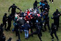 Belarusiska poliser angriper demonstranter i huvudstaden Minsk på söndagen.